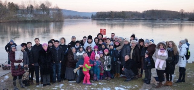 Winterbaden in eiskaltem Badesee zum Fest der Taufe des Herrn